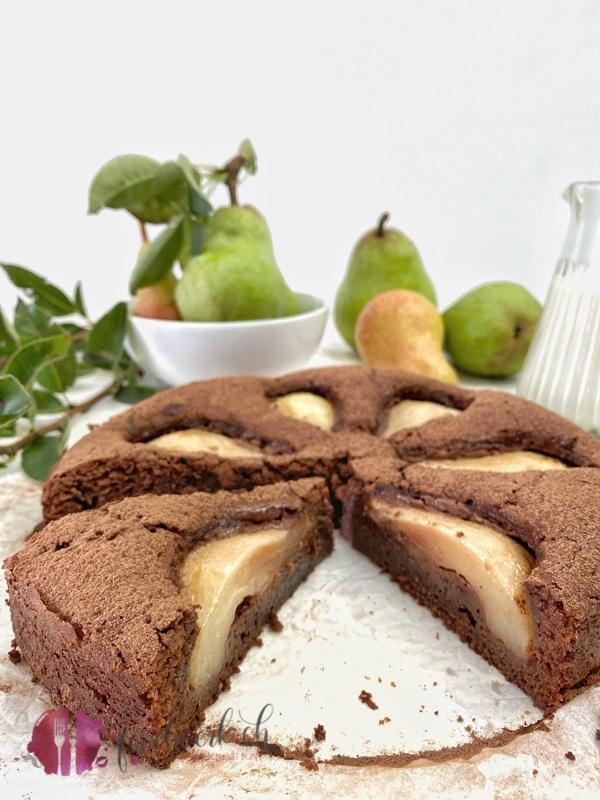 Saftiger SChokoladenkuchen mit Birnen angeschnitten