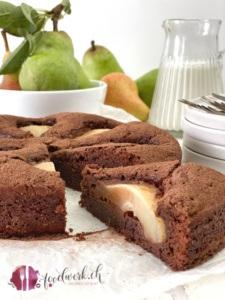 Saftiger Schokoladenkuchen mit Birne angeschnitten foodwerk.ch