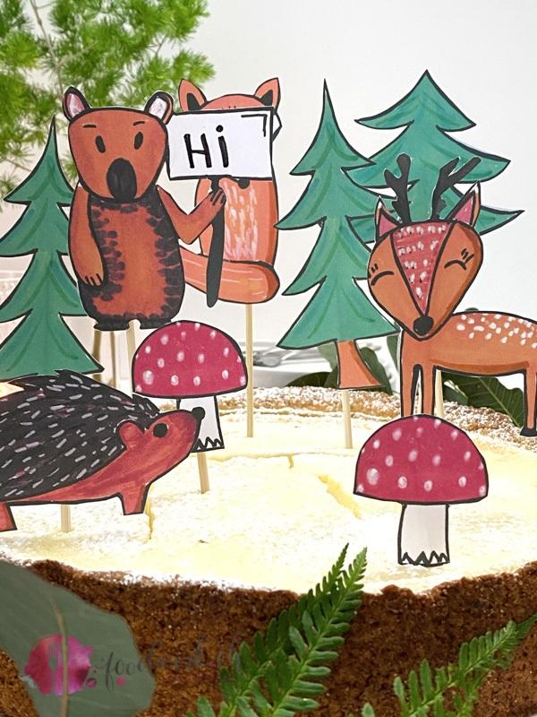 Waldtierdeko auf Holzspiessen auf zitroniger Quarktorte