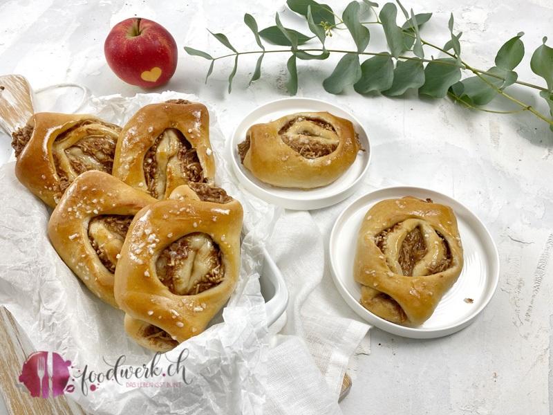 Softe Apfel-Zimt Brötchen sehen zum anbeissen aus.