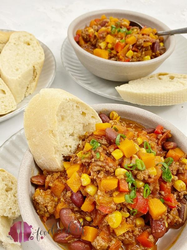 Herbstliches Chili con Carne mit Kürbis und frischem Baguette