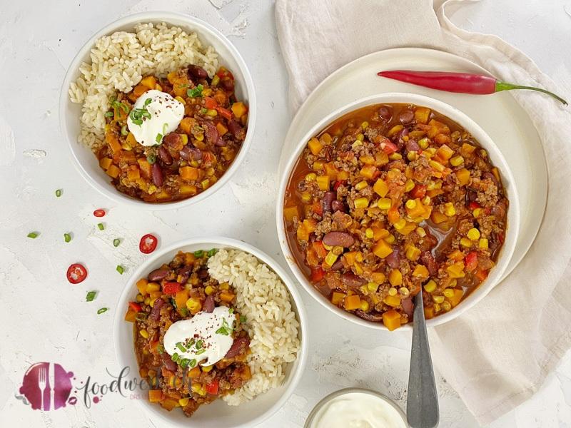 Chili con Carne mit Kürbis und Reis auf einem Tisch