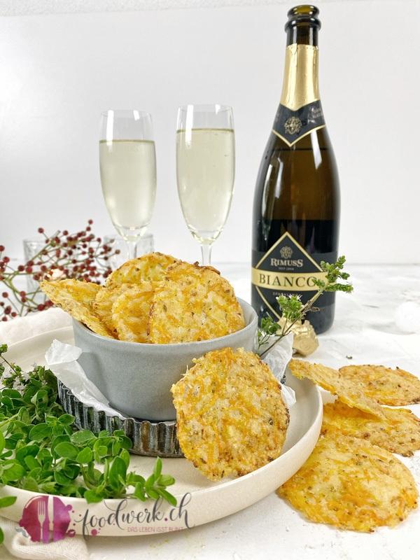 Fingerfood, Käse Chips mit Gemüse und Rimuss Bianco Dry