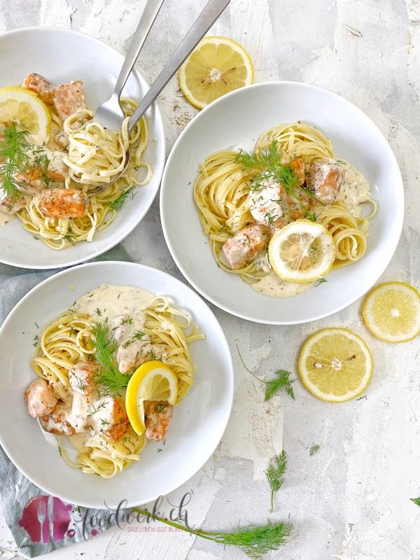 Teller mit Lachspasta und Zitrone