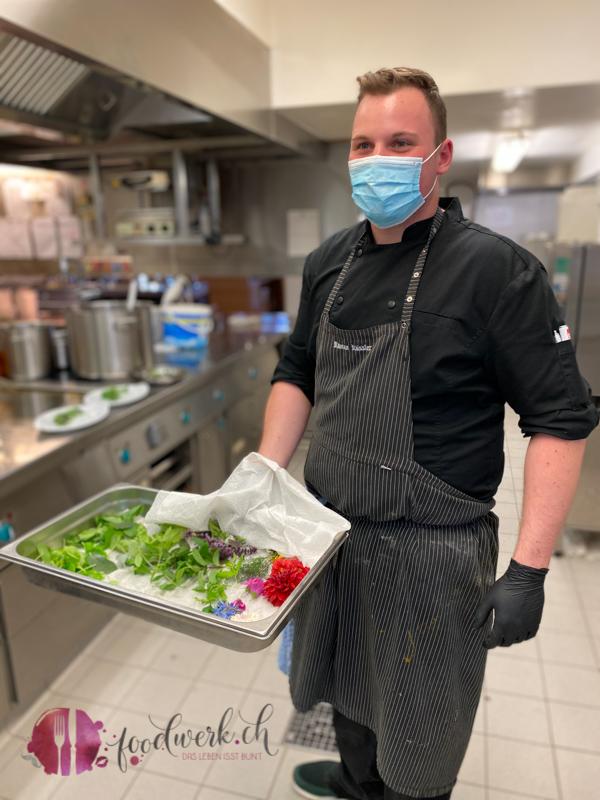 Koch mit Blueten und Kraeuter Hoechsten