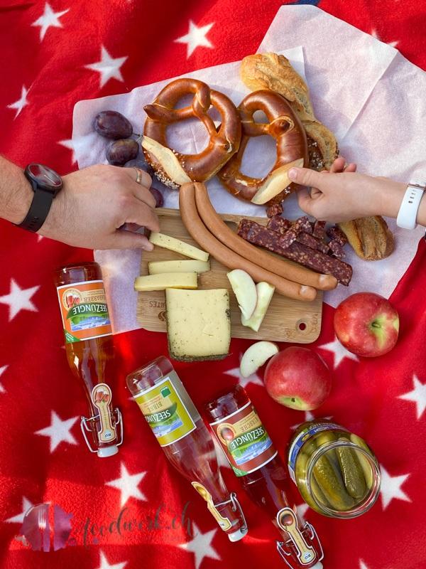 Regionale Spezialitaeten im Picknick Kord