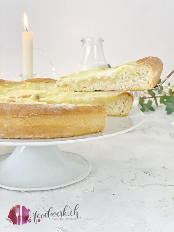 Salée au Sucre geschnittenes Stück aus dem Kuchen heben.