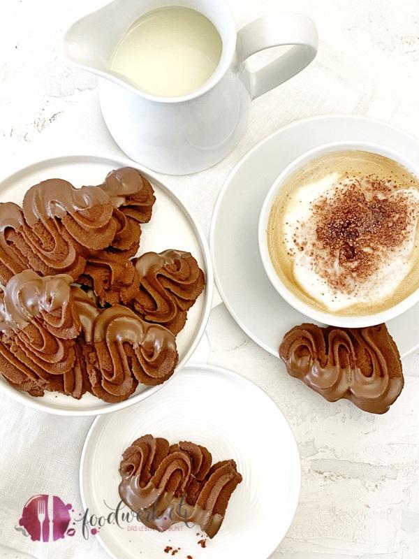 Schokoladen Spritzgebaeck mit Cappuccino