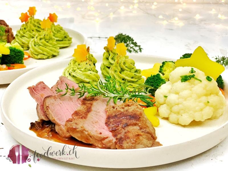 Tannenbäume aus Kartoffel für die Weihnachtstage mit Fleisch und Gemüse