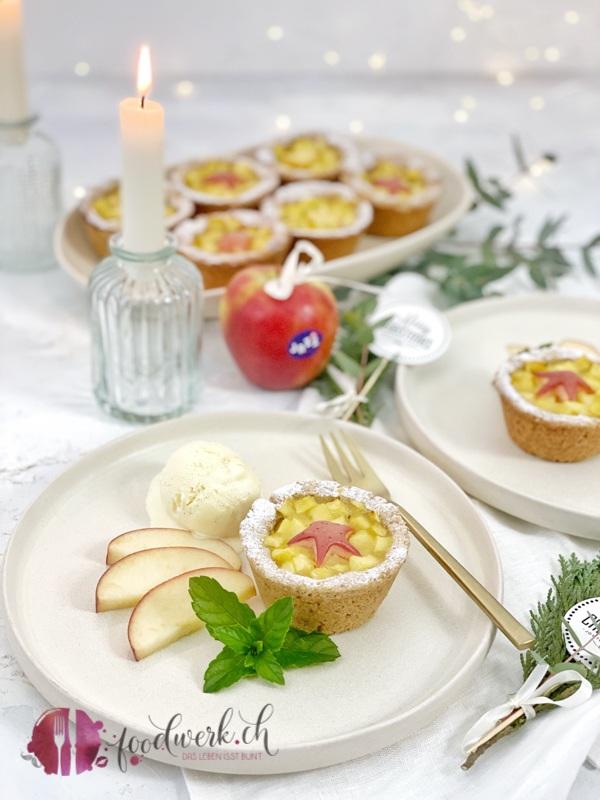Jazz Apfel Törtchen mit Vanilleglace auf Teller mit goldener Gabel