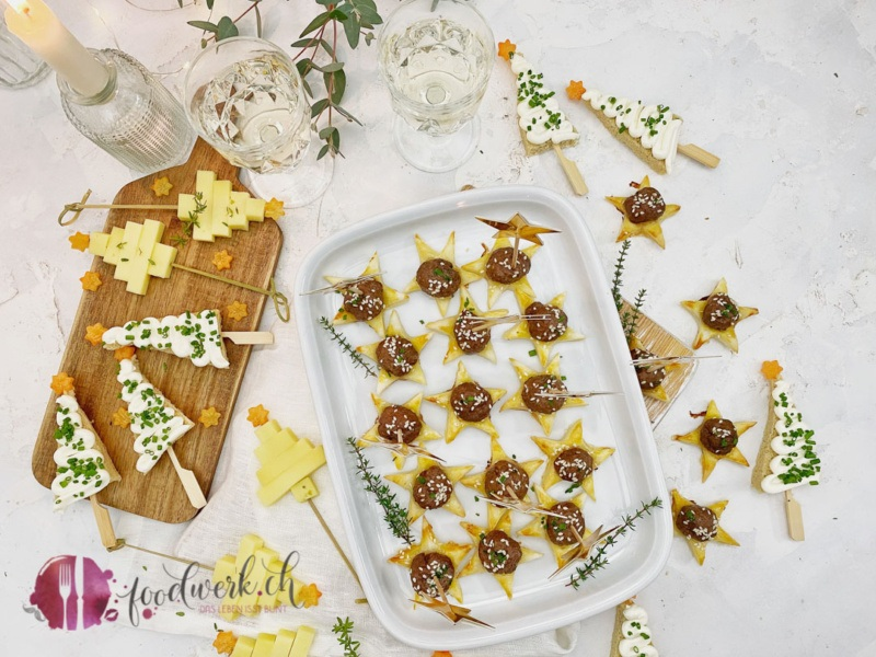 Aperoideen für die Weihnachten 2020. Blätterteigsterne, Frischkäse Tannen und Käse Tannen