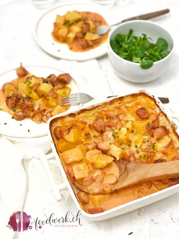 Kartoffel Eintopf aus dem Ofen mit Lauch und Wienerli in der Gratin Schale