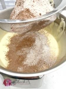 Mehl und Kakao dazu sieben