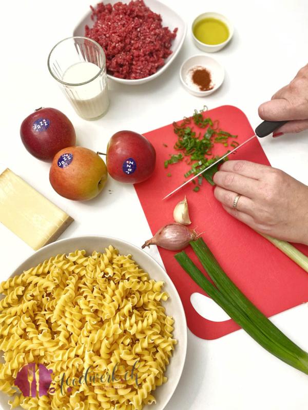 Zubereitung der Hackfleischpfanne. Die Zutaten werden geschnitten
