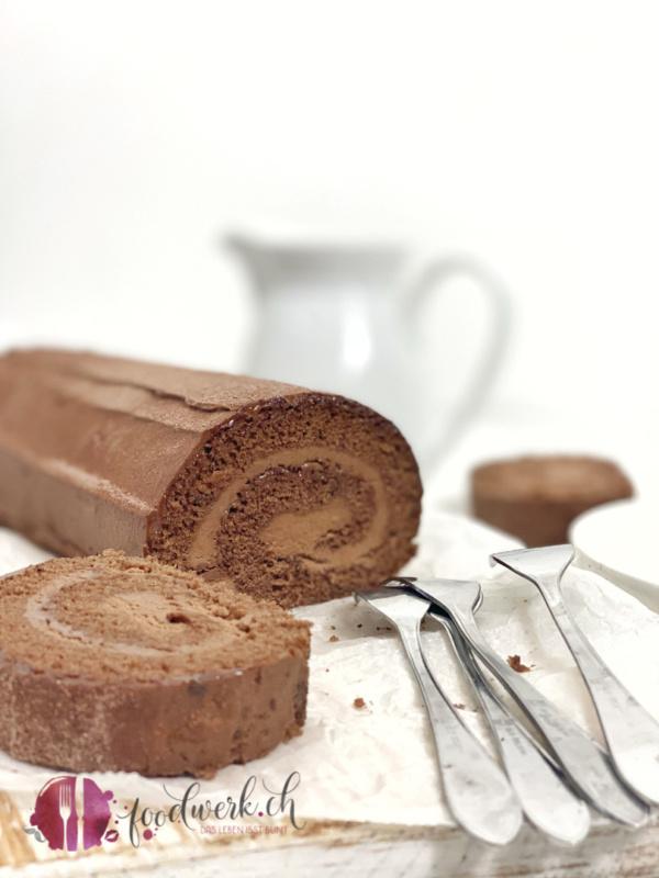 Aufgeschnittene Schokoladenroulade. Herrliches Biskuit und cremige Schokladenfüllung