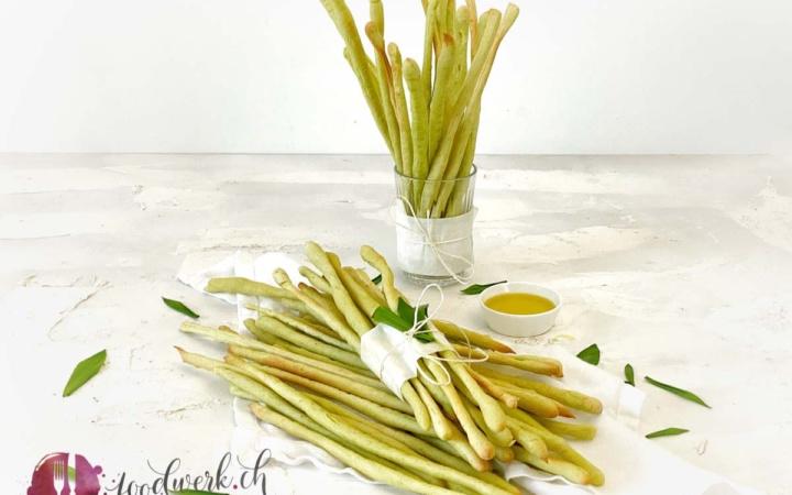 Knusprige Bärlauchgrissini im Glas mit Olivenöl