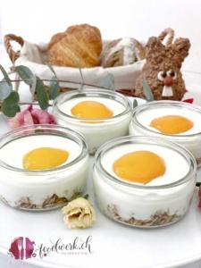 Granola falsches Spiegelei mit Jogurt zum Osterbrunch