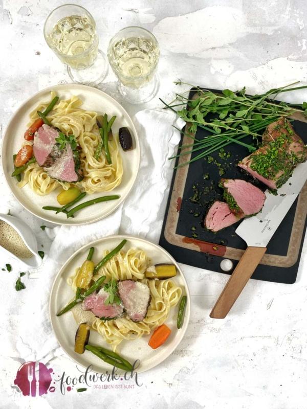 Angerichteter Teller mit Kräuter Kalbsfilet und Nudeln