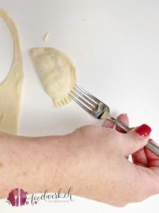rand der pierogi mit gabel andruecken