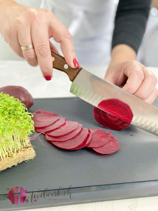 Die gekochten Randen mit einem Victorinox Santoku Messer schneiden