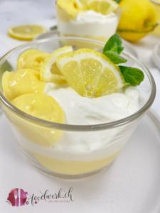 Schichtdessert im Glas mit Lemoncurd, Quarkcreme und Merengues