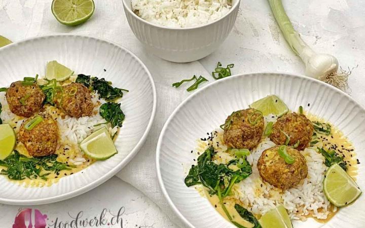 Zwei Teller mit Hackbällchen, Reis und Curry Sauce