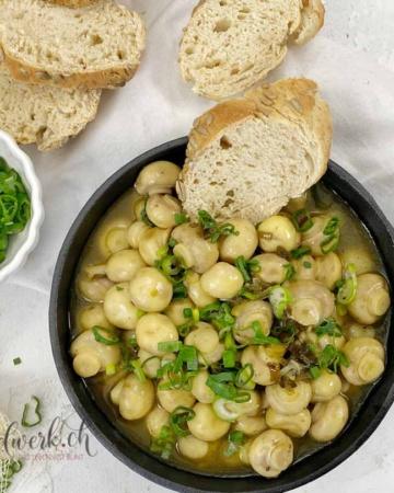 Frische gebackenes Baguette mit Champignons an weisser Balsamico Sauce mit Honig und Frühlingszwiebeln