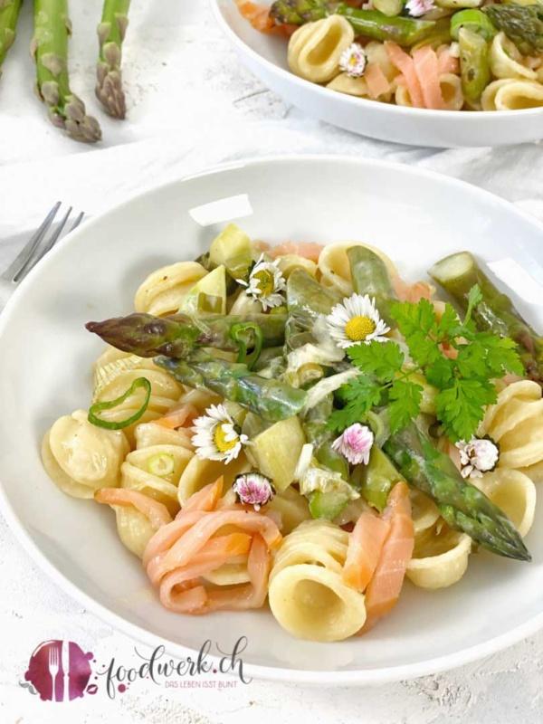 Cremiges Spargelragout mit Pasta und Rauchlachs in weissem Teller