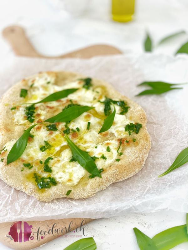 Eine Pizza bianca mit Bärlauch, Burrata und Olivenöl extra vergine
