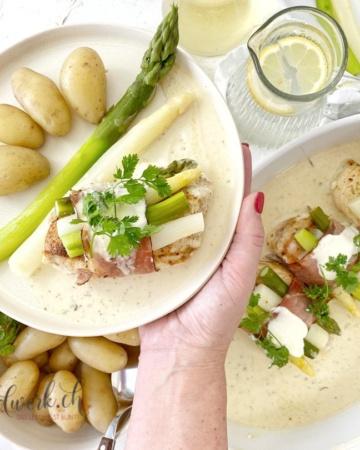 Spargel Schnitzel wir auf Teller serviert
