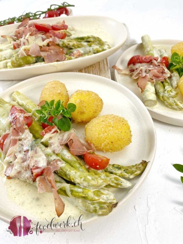 Sandkartoffeln und grüne Spargel Gratin mit Tomaten und Kräuter Rohschinken