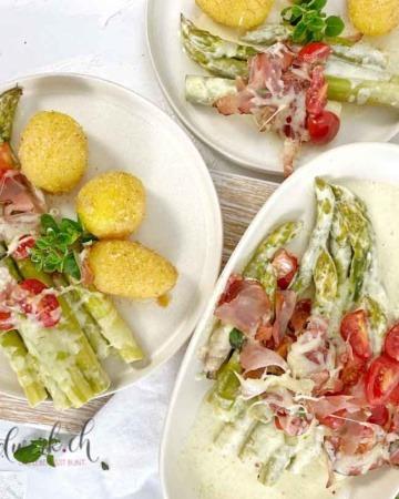 Sandkartoffeln mit grünem Spargelgratin mit Tomaten und Rohschinken