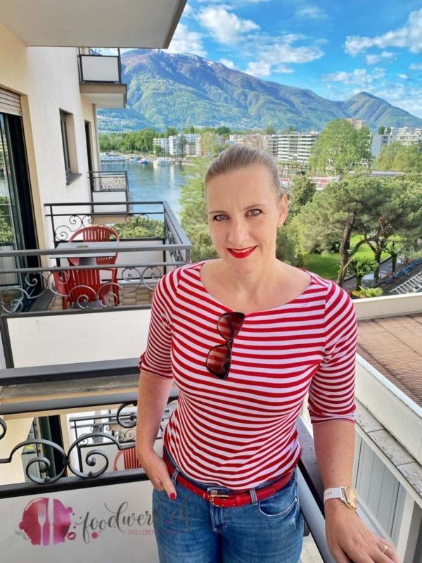 Caro auf dem Balkon im Geranio au Lac