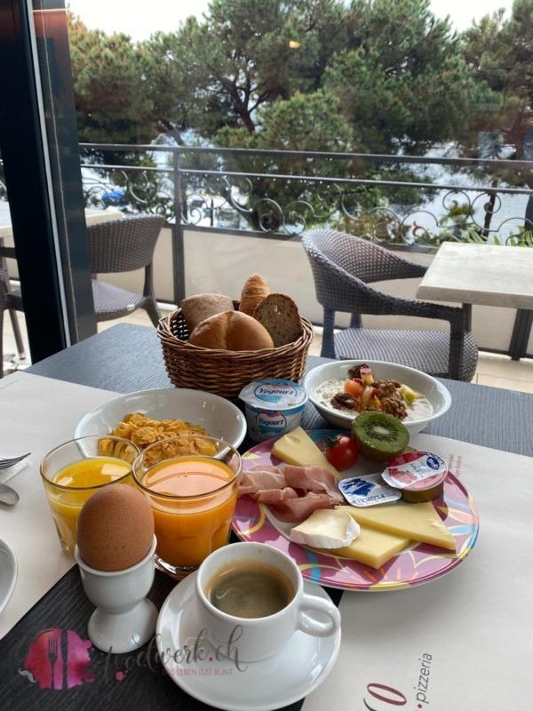 Reichhaltiges Frühstück im Geranio au lac