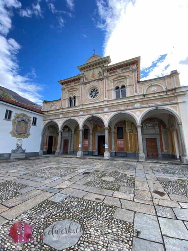 Madonna del Sasso Eingang zur Kirche