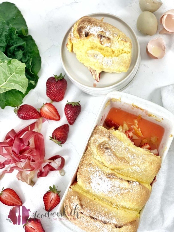 Salzburger Nocken mit Rhabarber und Erdbeeren
