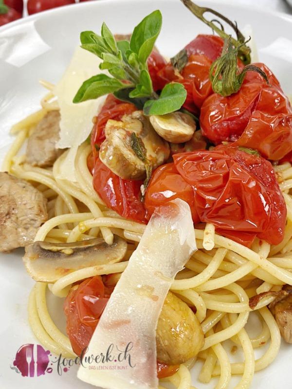 Spaghetti Ticinesi mit Tomaten und Champignons