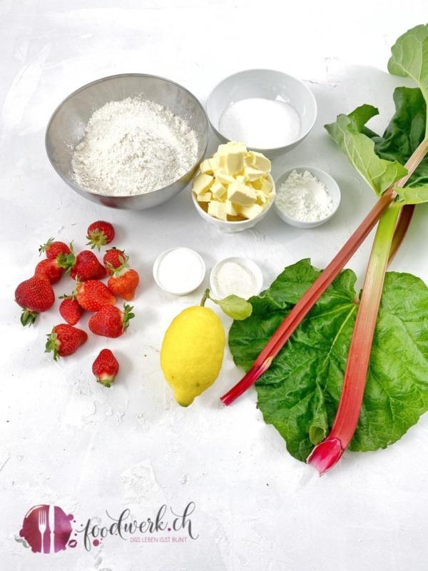 Zutaten für den Streuselkuchen mit Erdbeeren und Rhabarber