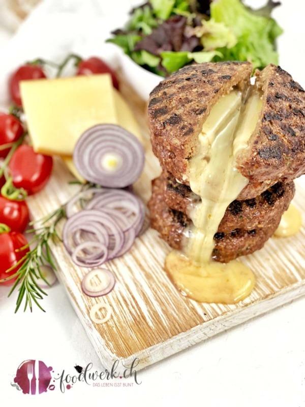 Raclette Suisse Burger mit Tomaten und Zwiebeln