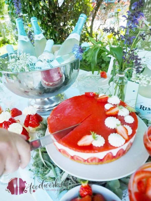 Torte auf dem Midsommar Buffet wird angeschnitten