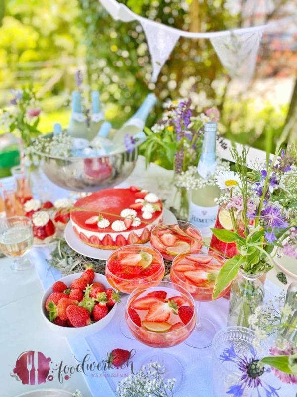 Midsommar Buffet mit Erdbeeren und Rimuss fresh