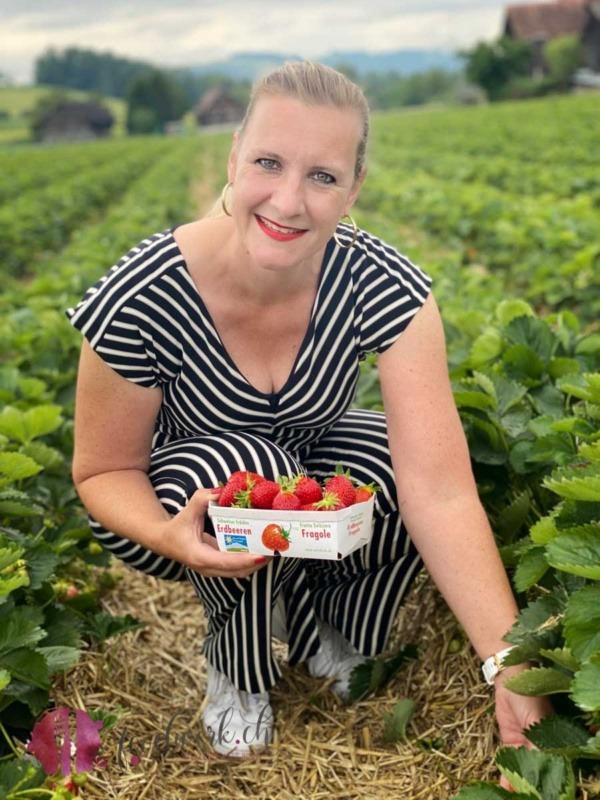 Caro am Erdbeeren pflücken im Erdbeerfeld in Hünenberg