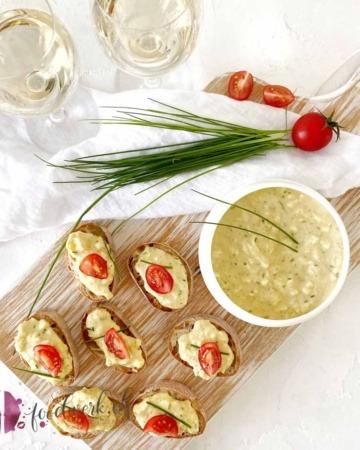 Eieraufstrich mit Schnittlauch auf frischem Baguette