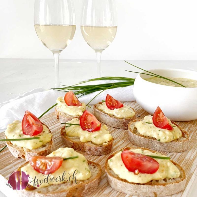Eier Aufstrich auf frischem Brot mit einem Glas Wein