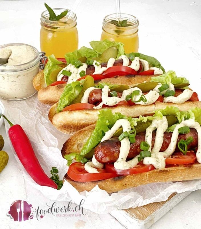 Grill Hot Dog mit Saucisse d'Ajoie und der besten Hot Dog Sauce