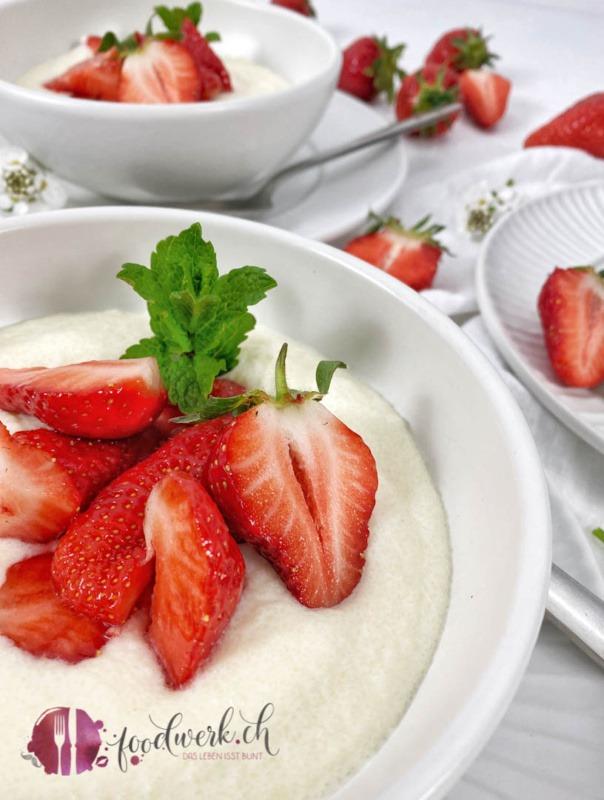 Saftige Erdbeeren auf Griesscreme nach Omas Rezept in weisser Schale serviert