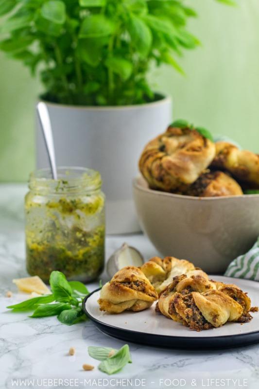 Hefeknoten mit Basilikum Pesto Rezept