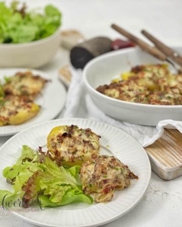 Appenzeller Quetschkartoffeln mit Mostbröckli auf weissen Teller