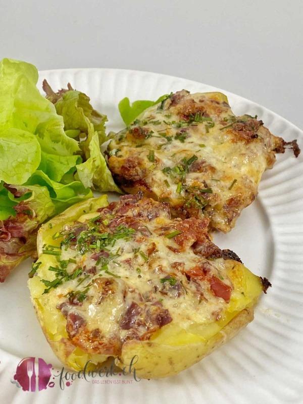 Appenzeller Quetschkartoffeln auf Teller mit Salat