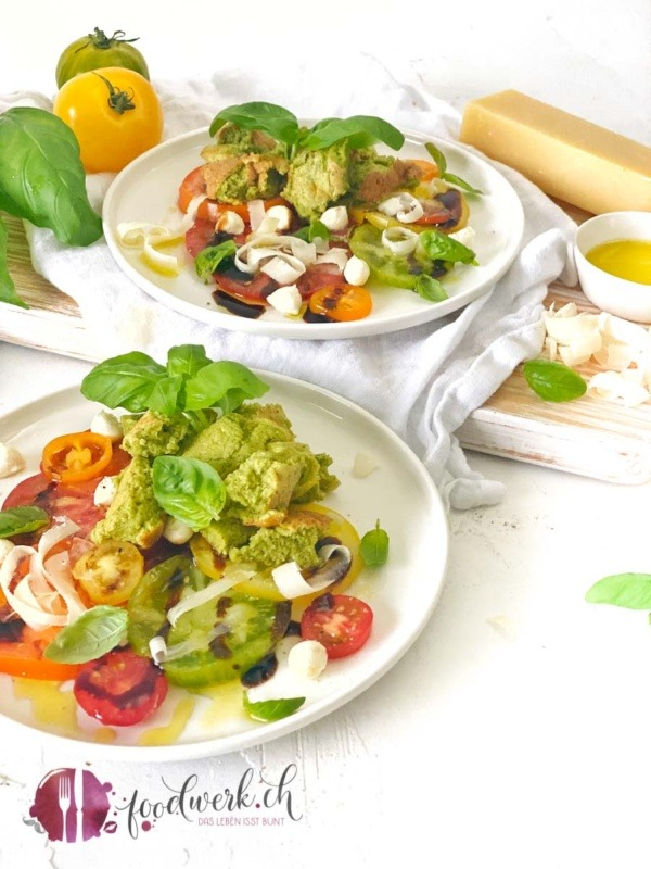 Kaiserschmarrn mit Basilikum und Tomatencarpaccio auf zwei weissen Tellern